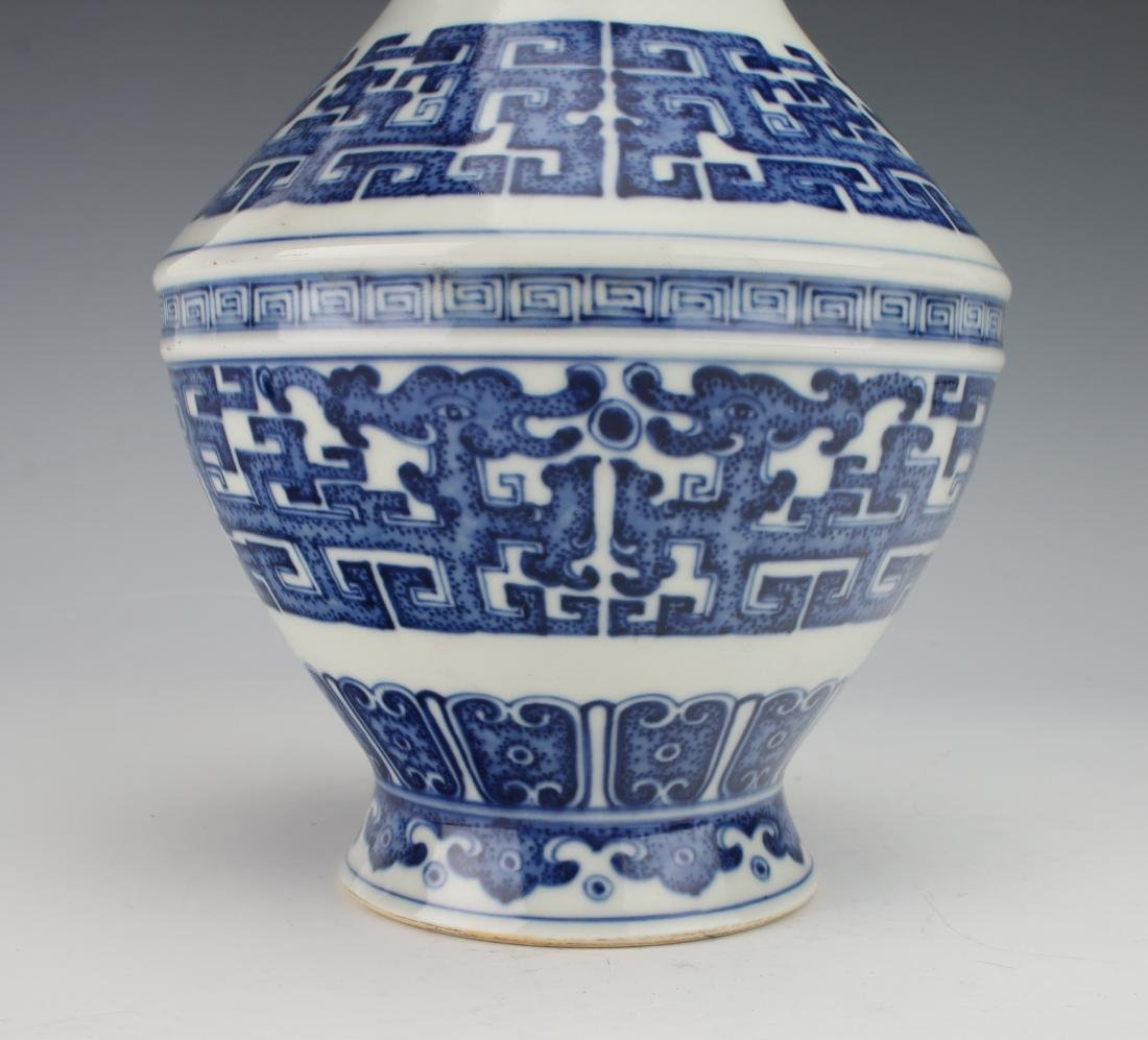 BLUE AND WHITE QIANLONG ARCHAIC PATTERNED VASE - 4