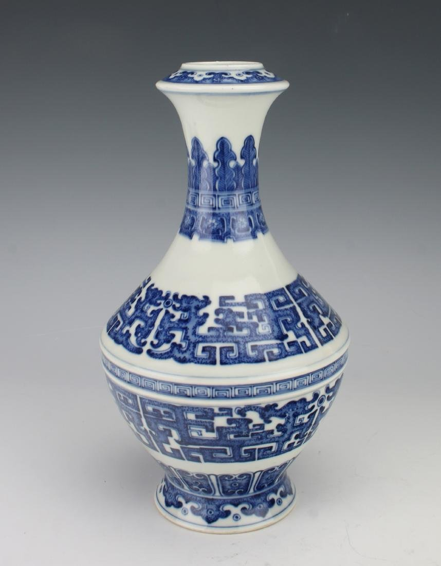 BLUE AND WHITE QIANLONG ARCHAIC PATTERNED VASE - 6