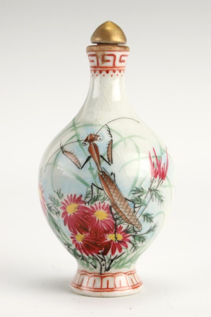PORCELAIN SNUFF BOTTLE WITH CRICKET