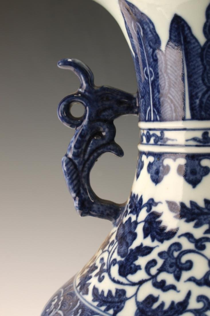FINE BLUE & WHITE VASE WITH FLORAL PATTERN - 4