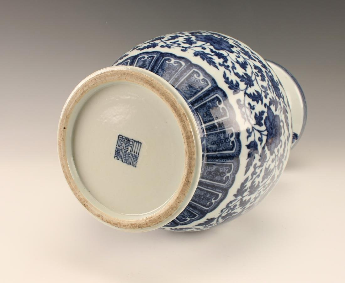 FINE BLUE & WHITE VASE WITH FLORAL PATTERN - 6