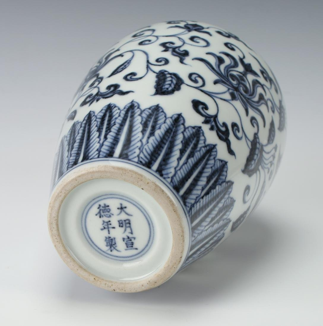 BLUE & WHITE VASE WITH FLORAL MOTIF - 4
