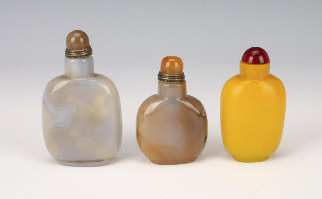 THREE SNUFF BOTTLES AGATE PEKING GLASS