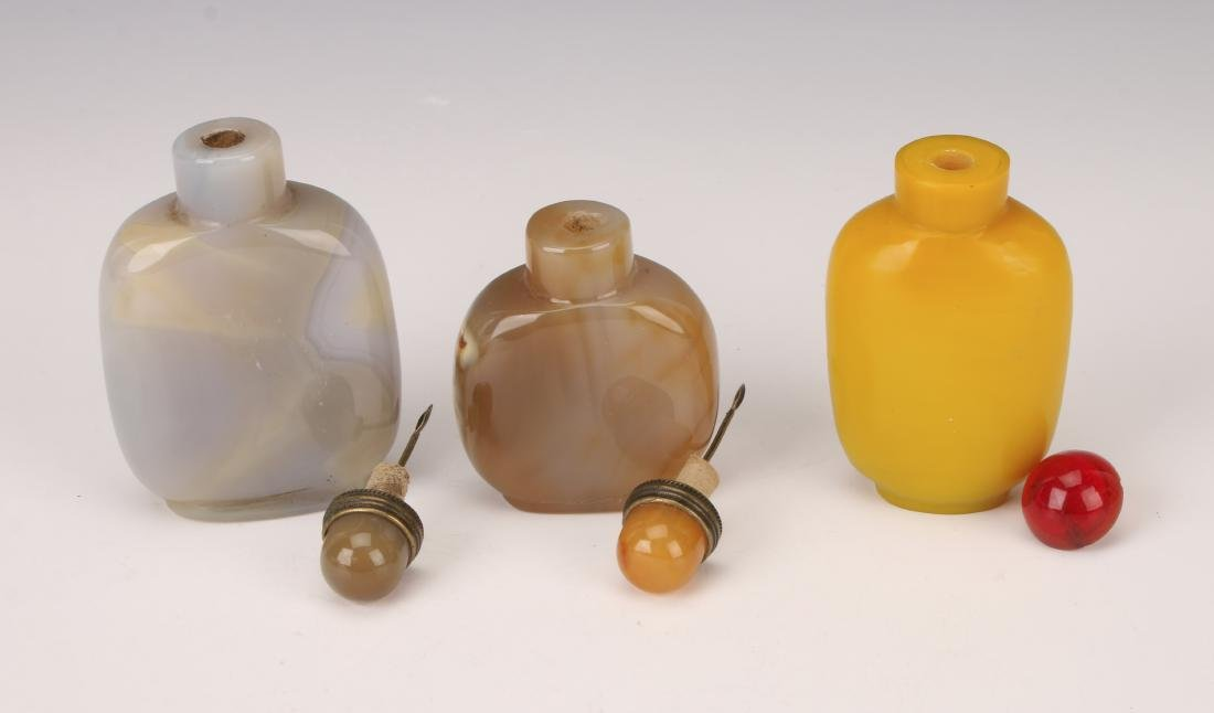 THREE SNUFF BOTTLES AGATE PEKING GLASS - 3