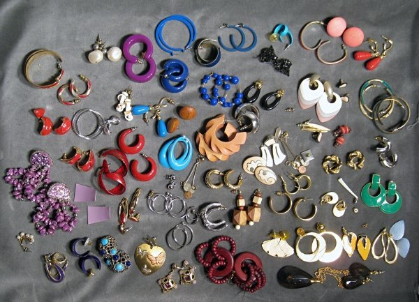 19: Mixed lot of costume jewelry, earrings