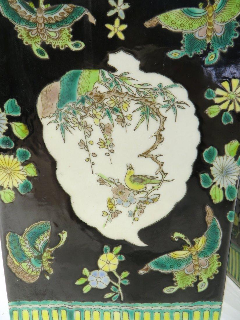 PAIR OF FAMILLE NOIR KANG XI WU CAI VASES - 3