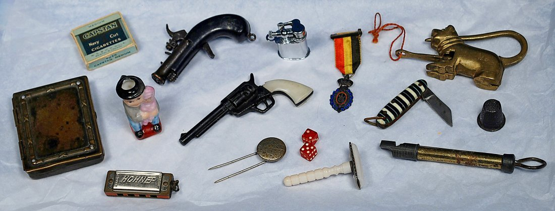 GROUP OF MINIATURE DOLL ACCESSORIES.