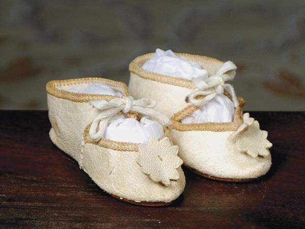 "11: ANTIQUE WHITE LEATHER DOLL SHOES. 2 ¾"" L. All l"