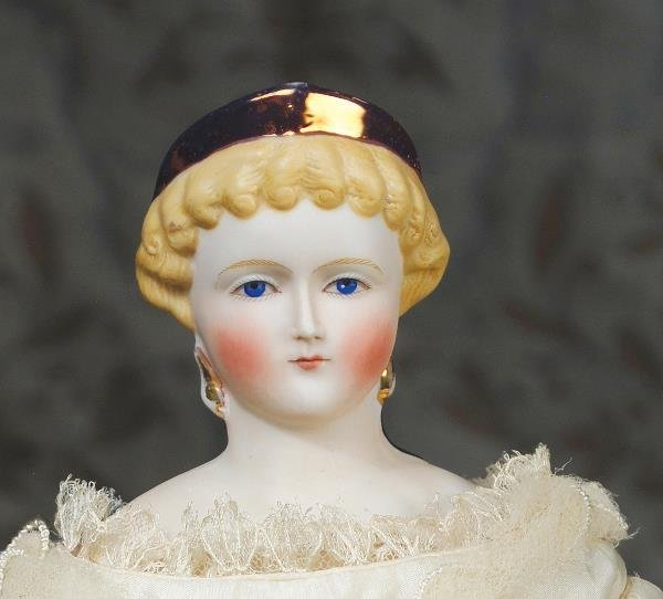 16: ELEGANT PARIAN LADY WITH DECORATED AND FANCY HAIR