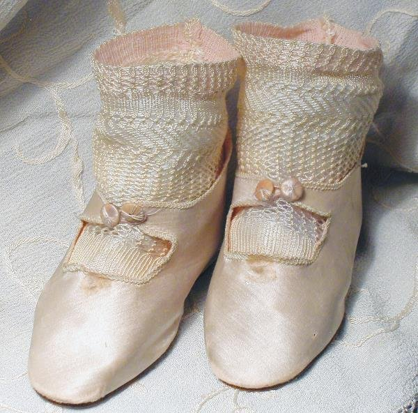 "105: ANTIQUE PINK SILK DOLL SHOES WITH SOCKS. 4 ¼"" L"