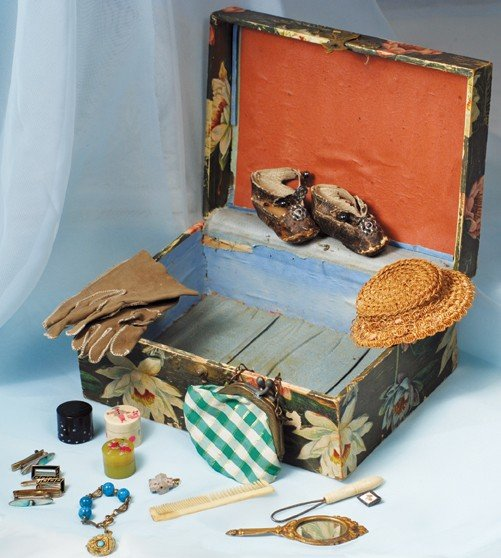 """21: ANTIQUE VANITY BOX WITH DOLL ACCESSORIES.  6 ½"""" x 3"""