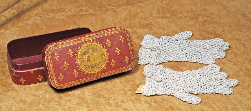 31: DOLL'S FRENCH GLOVE BOX WITH BLUE CROCHETED GLOVES.