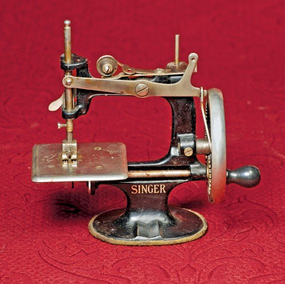 45: TOY SEWING MACHINE BY SINGER.  Marks: Singer (front