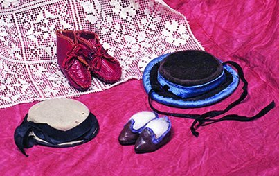 TWO BONNETS AND TWO PAIR OF SHOES FOR FASHION DOLLS.