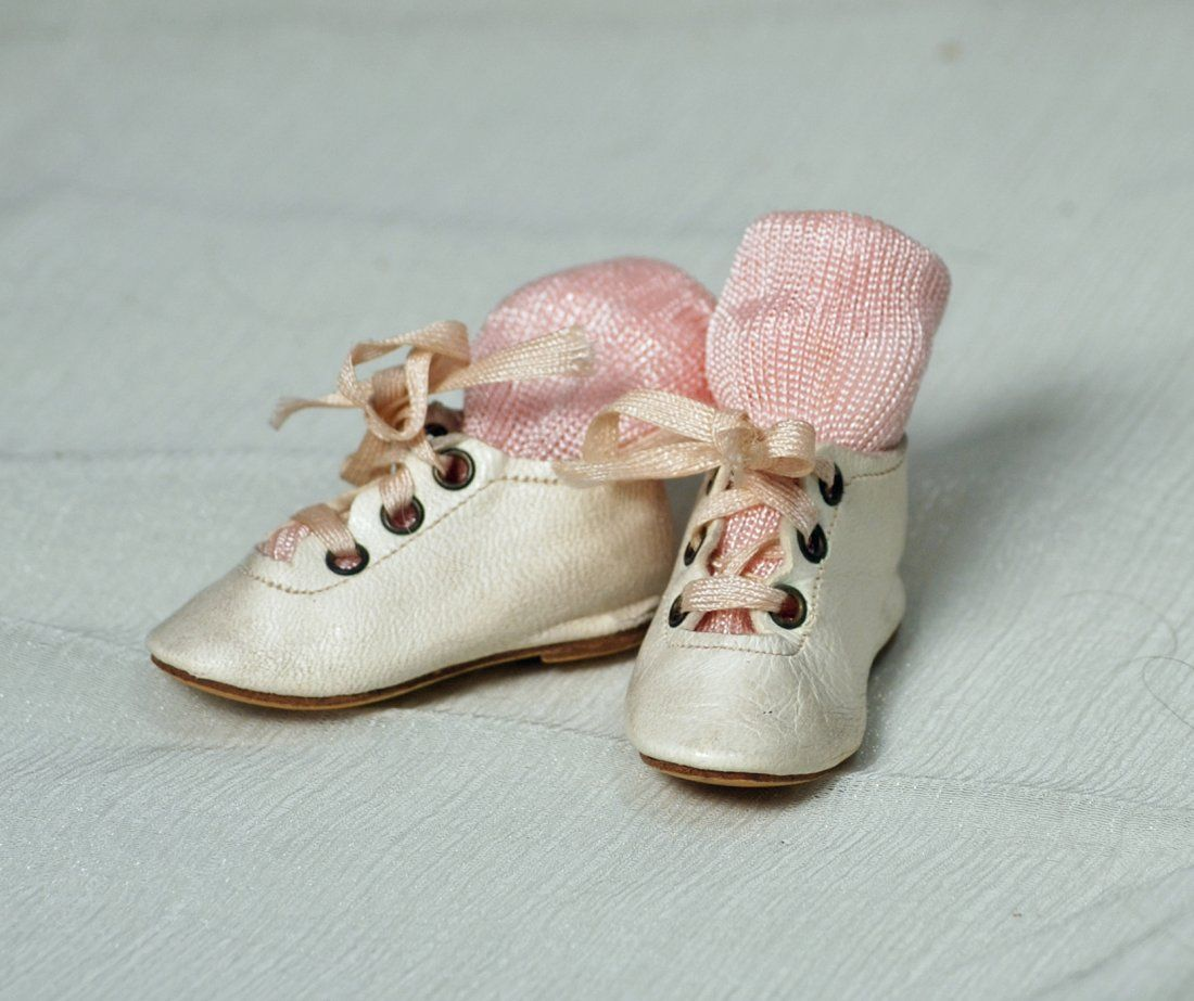 PAIR OF ANTIQUE LEATHER DOLL SHOES. Marks: 5 Length 2