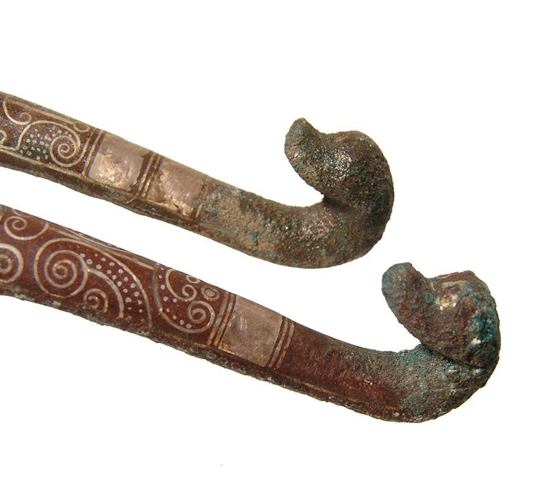 A pair of beautifully silver inlaid bronze belt hooks - 5