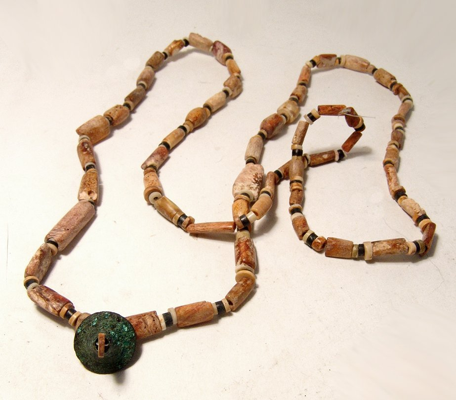 A Chimu shell bead necklace