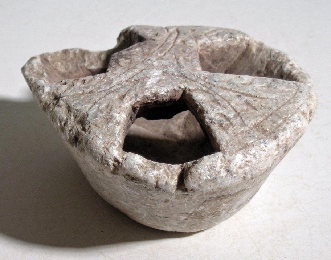 A fine Gandharan stone leaf-shaped oil lamp - 2