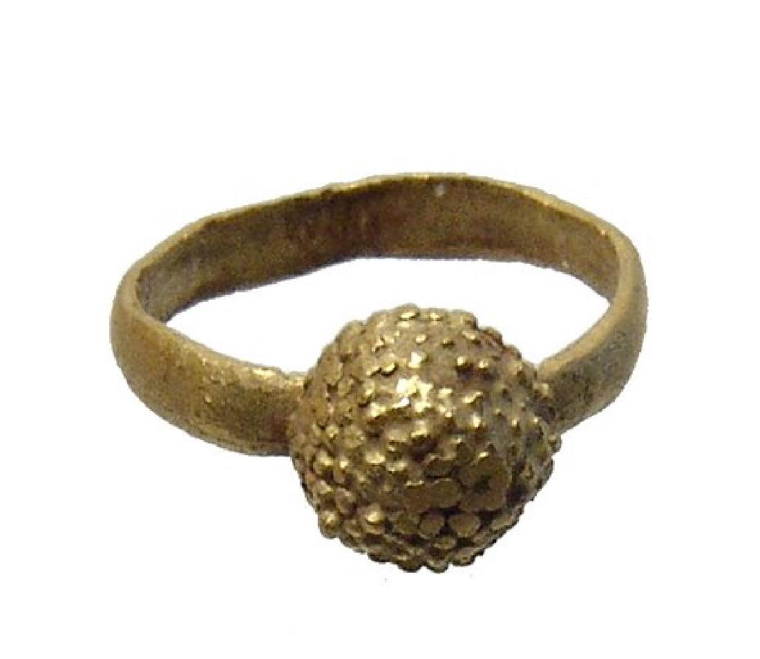 A Roman gold child's ring with a berry-like decoration - 3