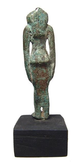 An Egyptian bronze figure of a goddess, perhaps Hathor - 3