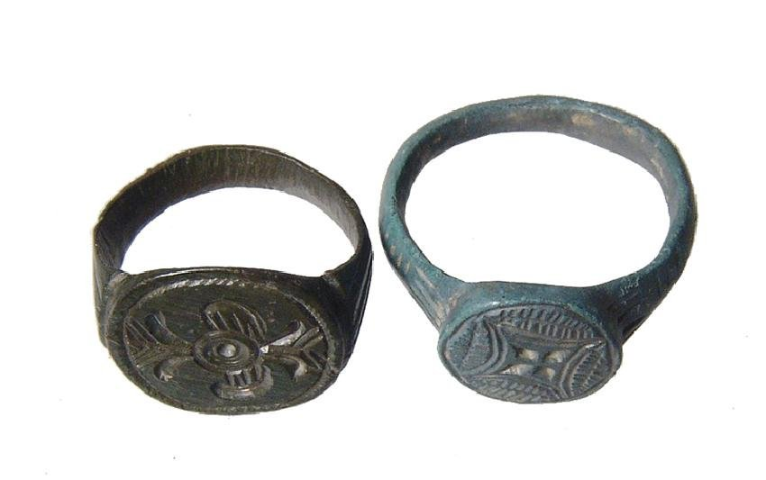 A pair of nice antique bronze rings - 2