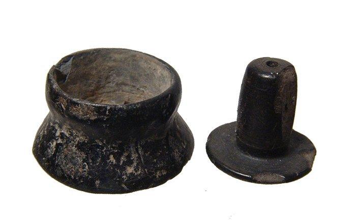 A Pre-Columbian lip plug and earspool - 3