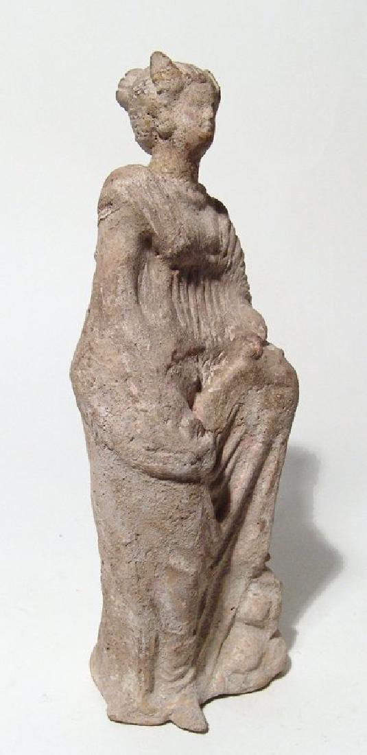 A late Hellenistic terracotta figure of a robed woman - 2