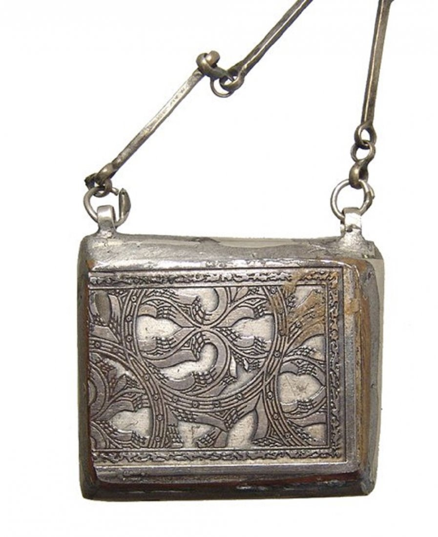 A lovely Islamic silver chain and pendant, 19th Century - 2