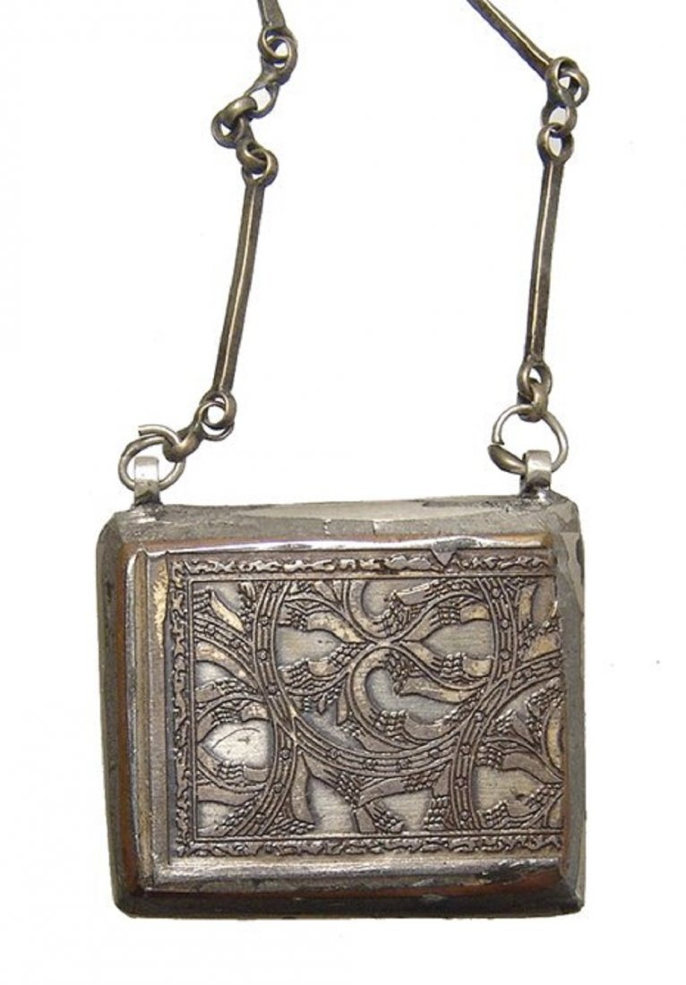A lovely Islamic silver chain and pendant, 19th Century - 3