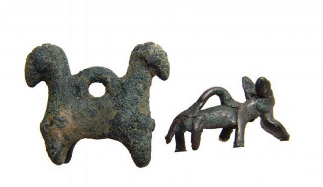 A pair of Near Eastern Bronze animals - 2
