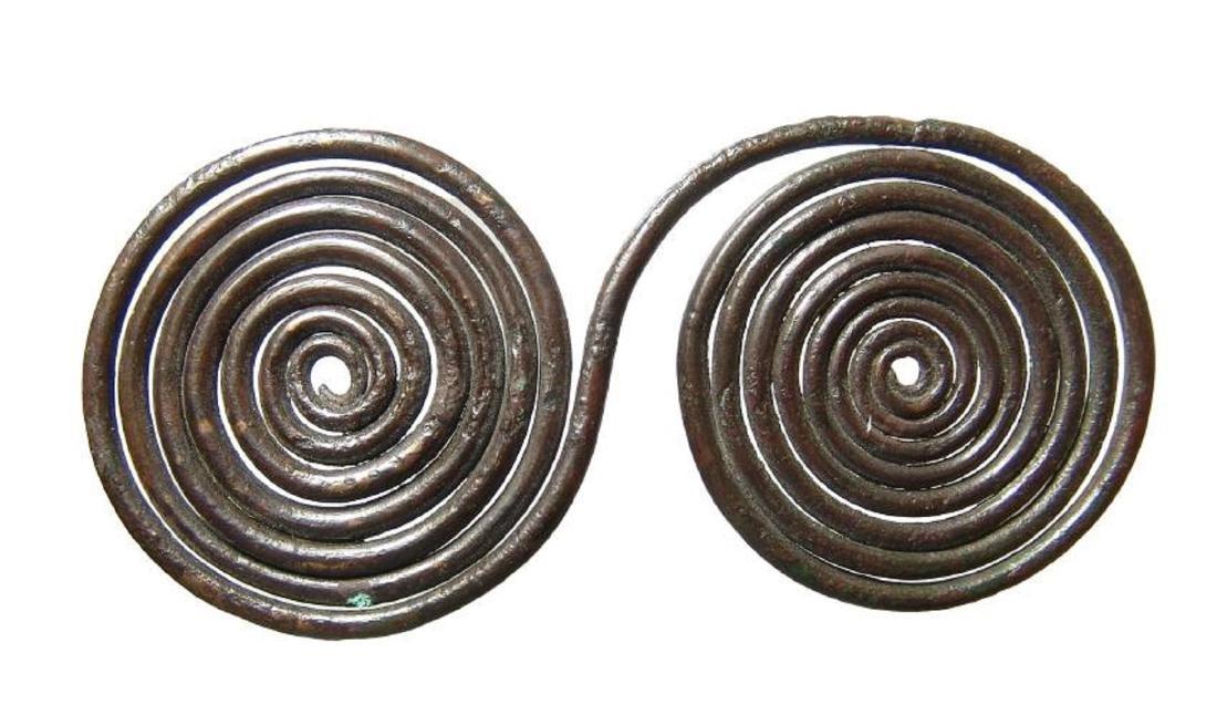 A wonderful Villanovan bronze spectacle brooch - 2