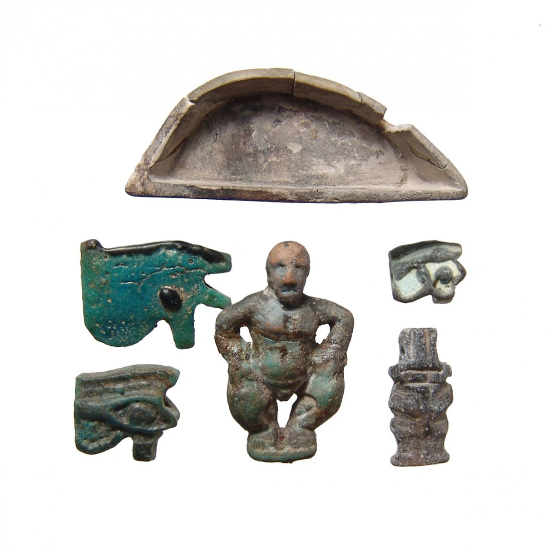 A lot of 5 Egyptian amulets and an eye inlay