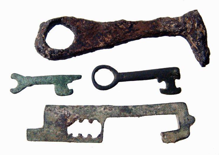 20: 3 Roman keys and a lock bolt