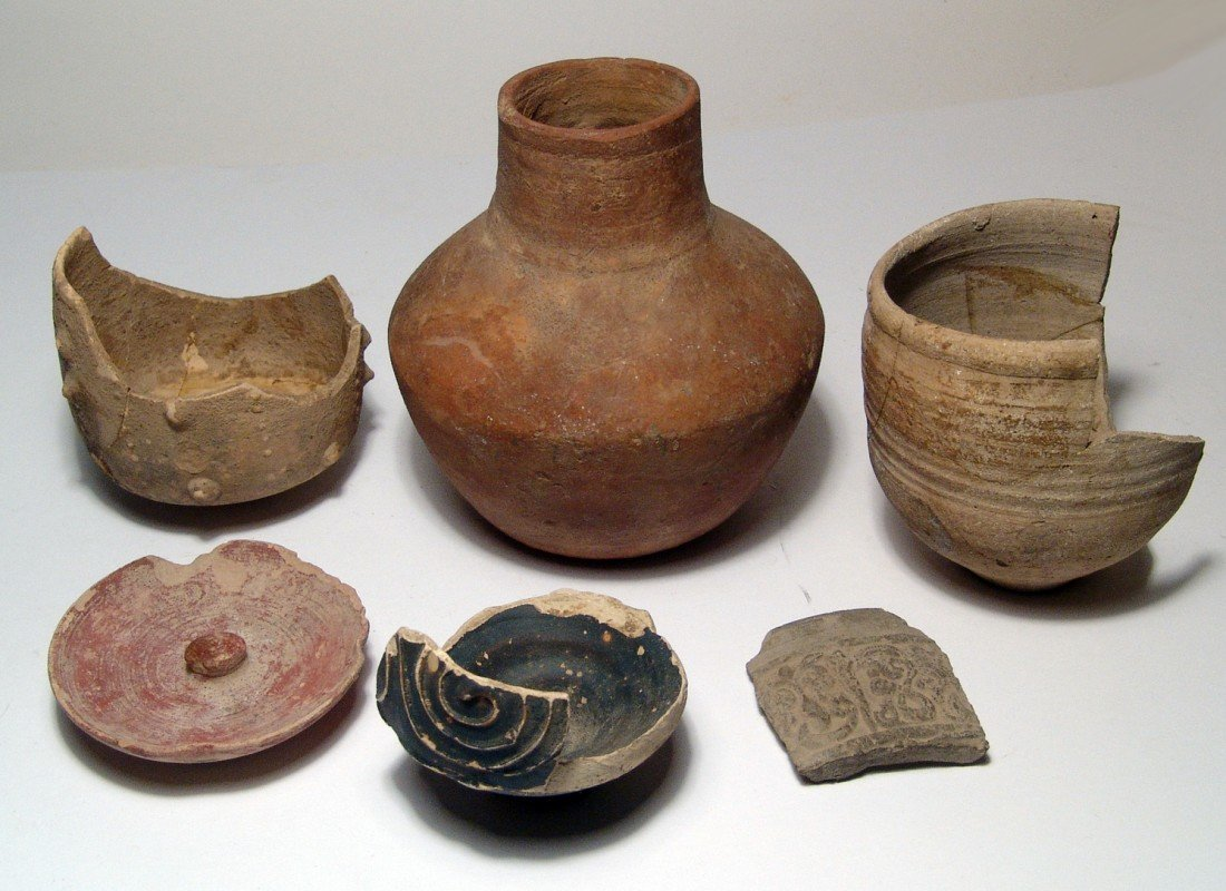 28: Lot of 6 Roman and other pottery objects