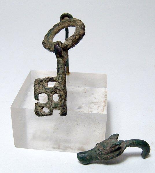 8: Roman bronze key & wolf head terminal