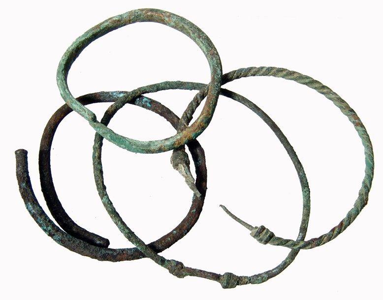 10: 4 bronze bracelets, Museum de-accession