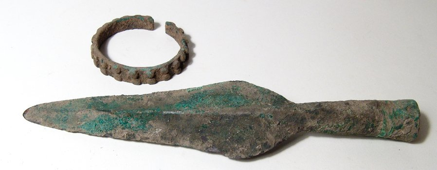 Ban Chiang bronze spearhead and bracelet