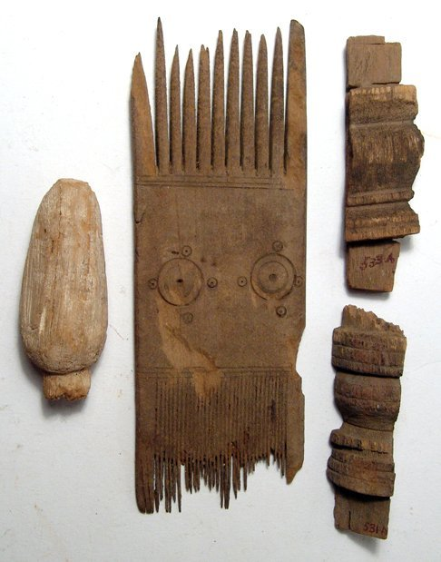 Lot of 4 wooden objects, including Coptic comb