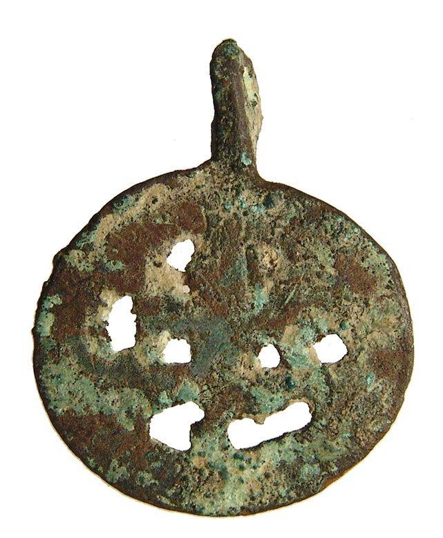A Near Eastern bronze open-work frog pendant - 2