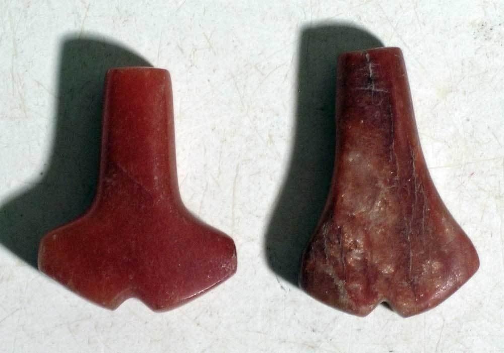 A pair of rare Tairona 'Anchor' pendants - 2