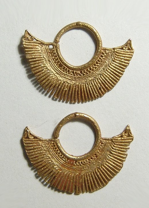 A pair of finely made Sinu gold earrings, Colombia