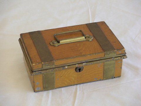 "1006: Metal safe box with change tray. Size 9"" x 6"" x 4"