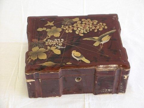 1007: Oriental lacquer lock box with hand-painted lid,