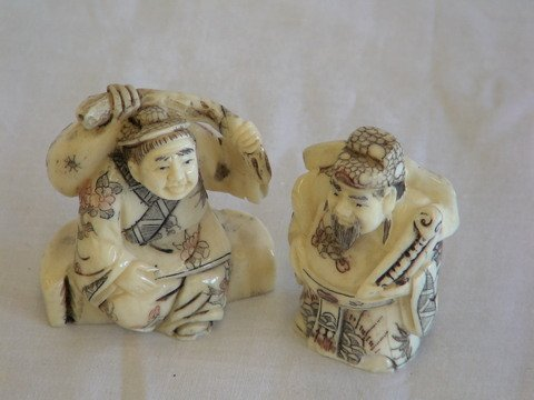 1022: Two carved ivory figures
