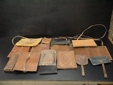 3018: Lot of 16 leather items: Miscellaneous leather po