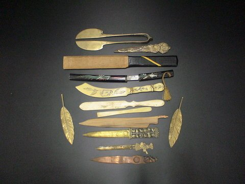 3131: Set of 16 library knives, letter openers and misc