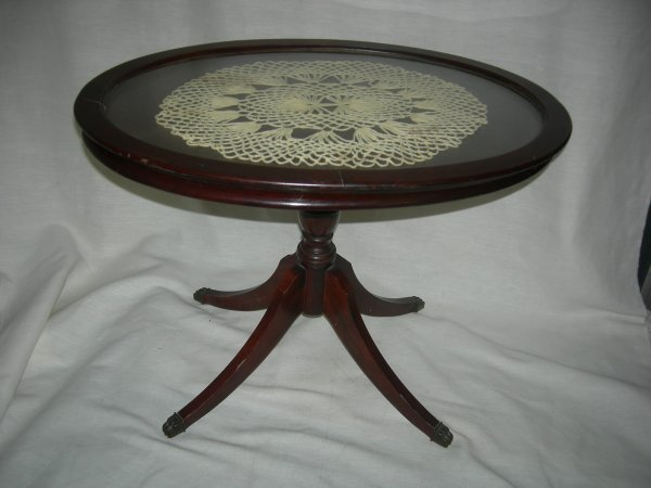 22: Duncan Phyfe Style Oval Accent Table