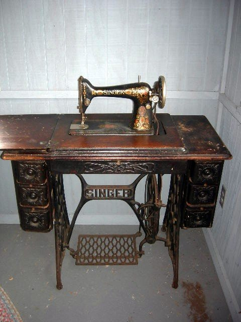 425: SINGER SEWING MACHINE IN TREADLE CABINET