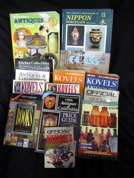 134: ANTIQUE & COLLECTIBLE GUIDE BOOK LOT
