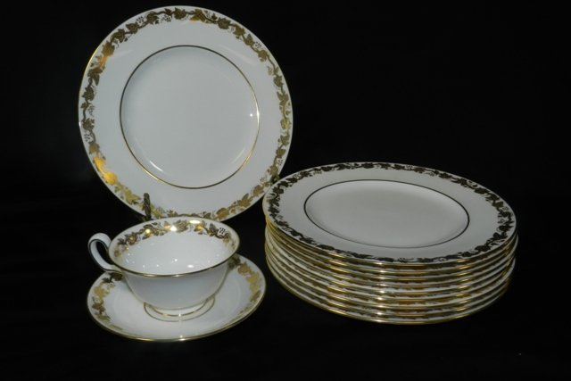18pc. Grapevine Pattern Wedgwood Luncheon Set - 5